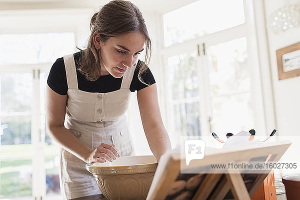 Teenager-Mädchen beim Backen in der Küche