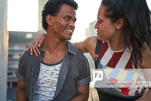 Glückliches junges Paar im Gespräch