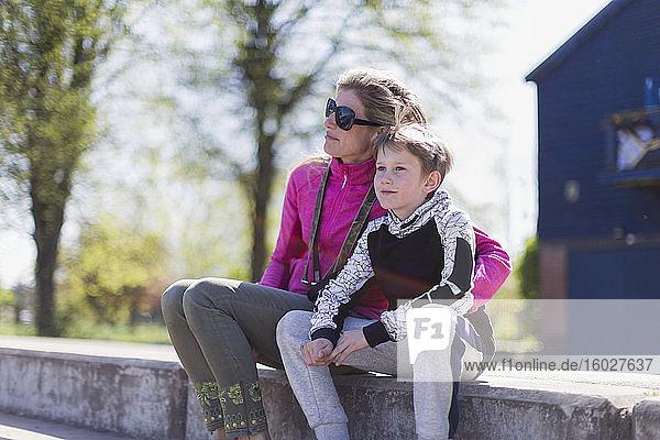Liebevolle Mutter und Sohn auf sonniger Kante