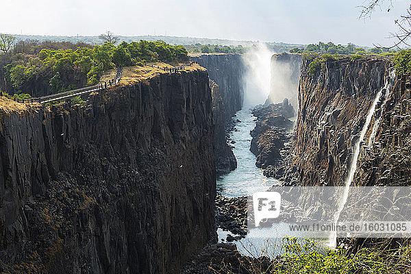 Victoriafälle von der sambischen Seite aus gesehen  tiefe Schlucht mit senkrechten Seiten  Wasserfall mit Wildwasserbächen.