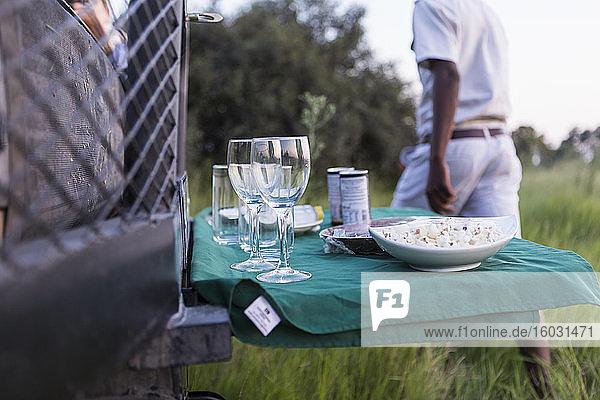Snacks und Getränke auf ausklappbarem Tisch  Safari-Fahrzeug  Botswana