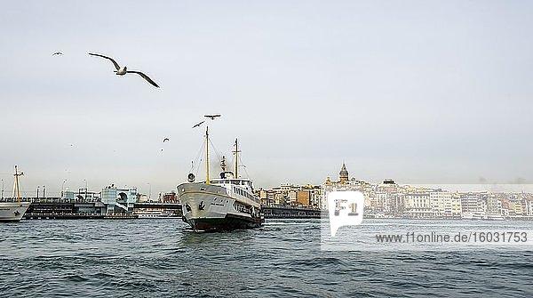 Boot auf dem Bosporus  hinten Stadtteilen Karaköy und Beyoglu mit Galataturm  Istanbul  Türkei  Asien