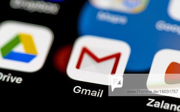 Gmail Icon  Email App  App Icons auf einem Handy Display  iPhone  Smartphone  Nahaufnahme