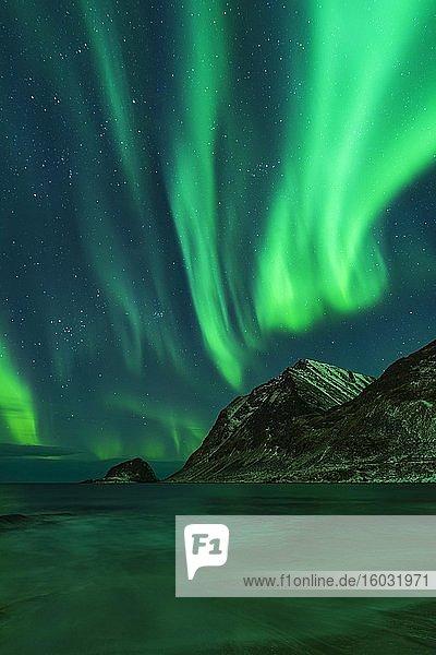 Nordlichter (Aurora borealis)  Haukland Beach  Lofoten  Norwegen  Europa