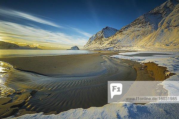Bucht mit Sandstrand im Winter  Küstenlandschaft  Haukland Beach  Lofoten  Norwegen  Europa