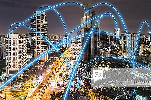 5G-Konnektivität  blaue Verbindungen  die nachts die Skyline von Bangkok  Thailand  durchkreuzen.