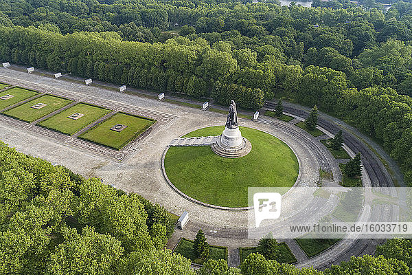 Luftaufnahme des sowjetischen Kriegerdenkmals und des Soldatenfriedhofs im Treptower Park  Berlin  Deutschland.