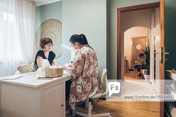 Frau bekommt eine Maniküre in einem Schönheitssalon.