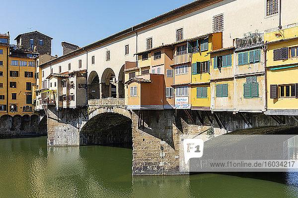 Blick auf den leeren Ponte Vecchio-Fluss Arno in Florenz  Italien  während der Corona-Virus-Krise.