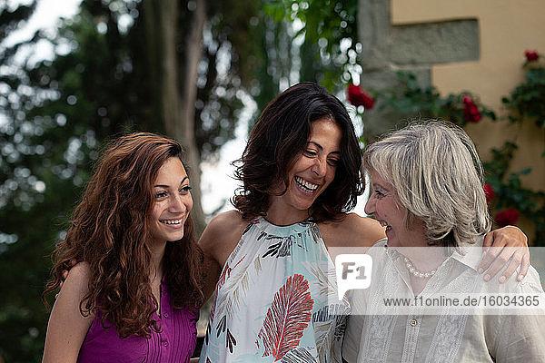 Drei Generationen einer weiblichen Familie zusammen