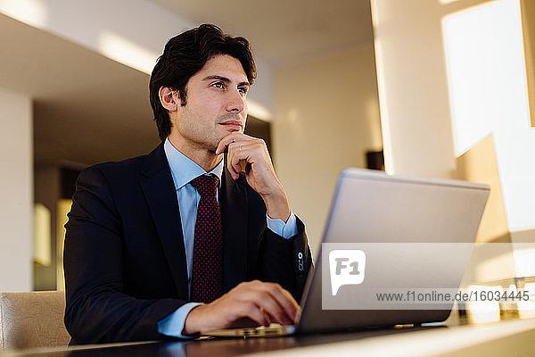 Geschäftsmann  der im Geschäftszentrum eines Hotels arbeitet