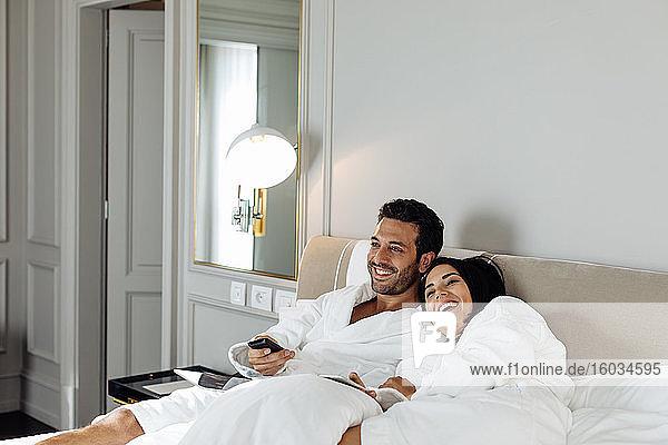 Lachendes und entspannendes Paar in der Suite
