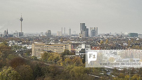 Sonnige Düsseldorfer Stadtlandschaft  Nordrhein-Westfalen  Deutschland
