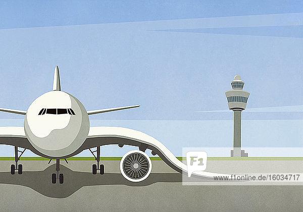 Flugzeug mit hängenden Flügeln auf leerem Rollfeld geparkt