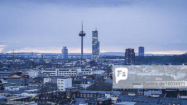 Colonius-Fernsehturm über dem Kölner Stadtbild in der Abenddämmerung  Deutschland