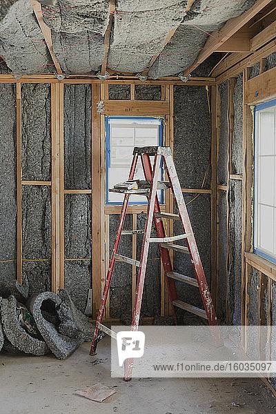 Leiter und Isolierung in einem im Bau befindlichen Haus