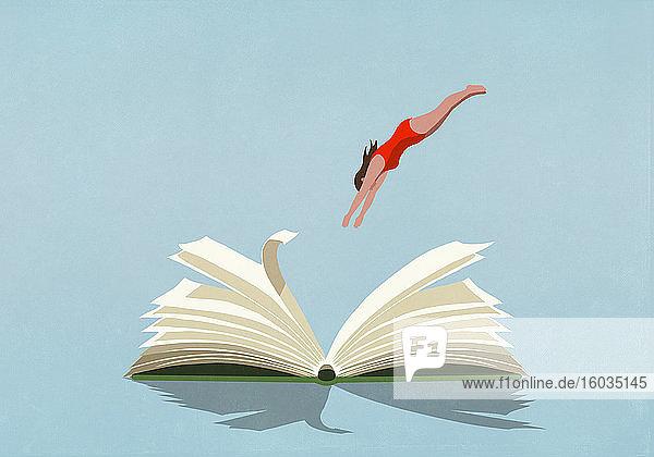 Frau im Badeanzug taucht in Buch ein