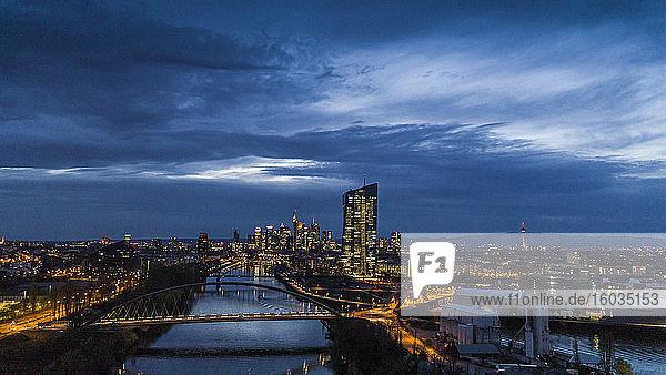 Frankfurter Stadtbild bei Nacht beleuchtet  Deutschland