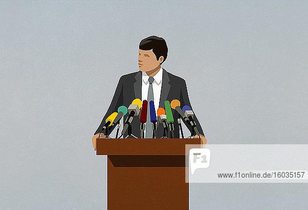 Politiker spricht an Mikrophonen auf dem Podium