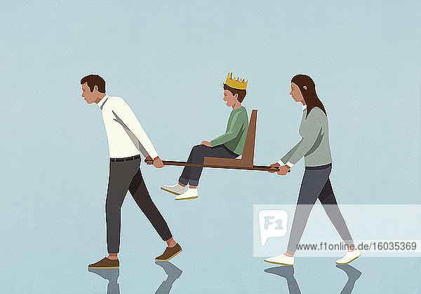 Eltern  die einen Sohn mit Krone im Stuhl tragen
