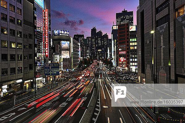 Autoschleifen auf der Straße in der Stadt  Tokio  Japan