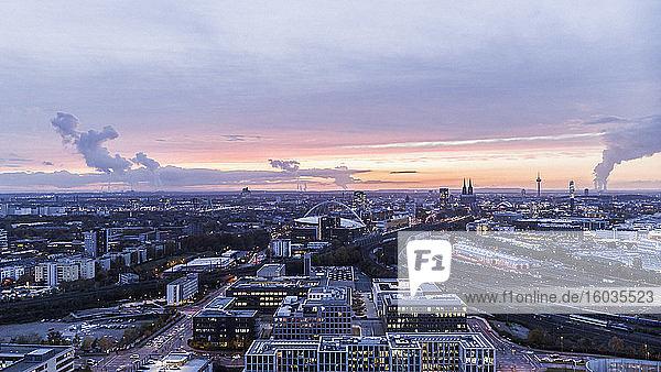 Kölner Stadtbild bei Sonnenuntergang  Deutschland