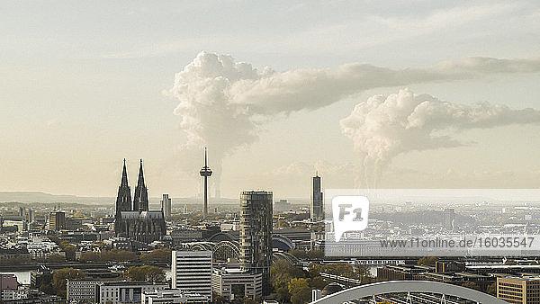 Rauch aus Fabriken hinter dem Kölner Stadtbild  Deutschland