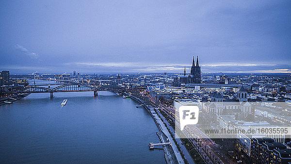 Rhein und Kölner Stadtbild in der Abenddämmerung  Deutschland