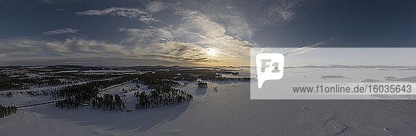 Landschaftsbild Sonnenuntergang über schneebedeckter Landschaft  Arjeplog  Lappland  Schweden