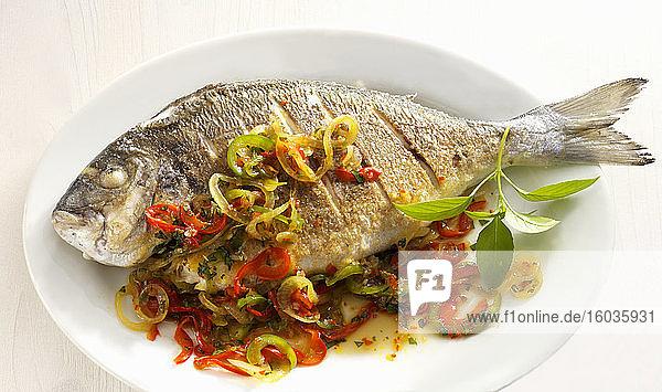 Gebratener Fisch mit Chilis