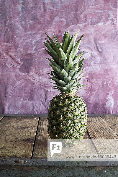 Ananas auf Holztisch