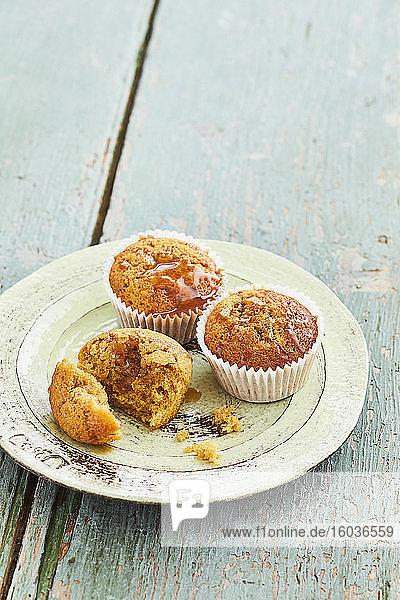 Kaffee-Dattel-Muffins mit Salzkaramellsauce