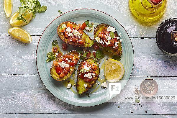 Gefüllte Avocados mit Tomatensalat und Feta