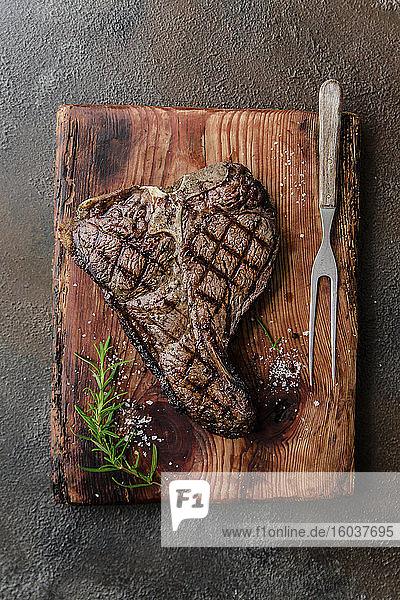 Gegrilltes T-Bone-Steak auf Holzbrett