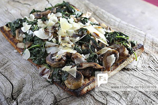 Fladenbrot-Pizza mit Spinat  Pilzen und Parmesanspänen