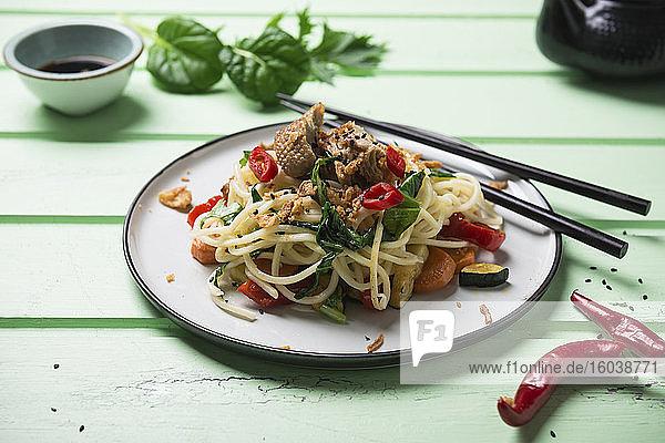 Asiatische Nudeln mit Gemüse  Mizuna-und Misome-Salat und Mock Duck (vegane Ente aus Weizenprotein)