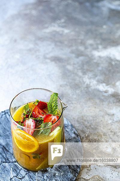 Pimms Cocktail mit Orangen und Erdbeeren