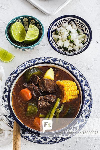 Mole De Olla (mexikanische Suppe aus Xoconostle  Chambarete und Aguja-Fleisch)