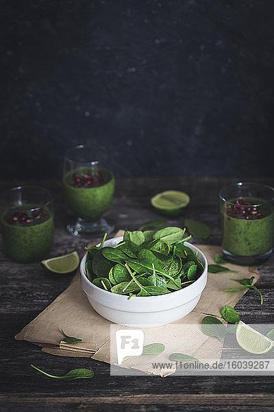 Frischer Spinat und grüner Spinat-Smoothie