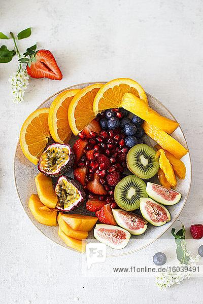 Sommerlicher Obstteller mit exotischen Früchten und Beeren