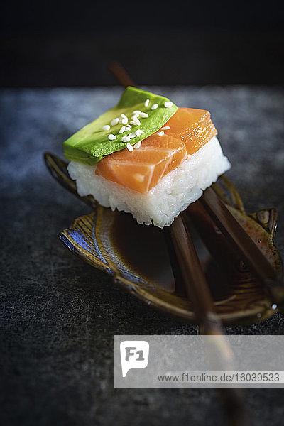 Sushi mit Lachs und Avocado (Japan)