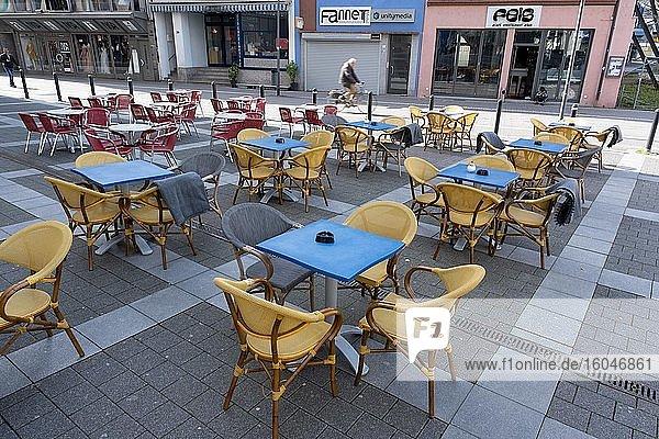 Leere Tische und Stühle vor einem Restaurant  Lockdown wegen Coronavirus  März 2020  Offenbach am Main  Hessen  Deutschland  Europa