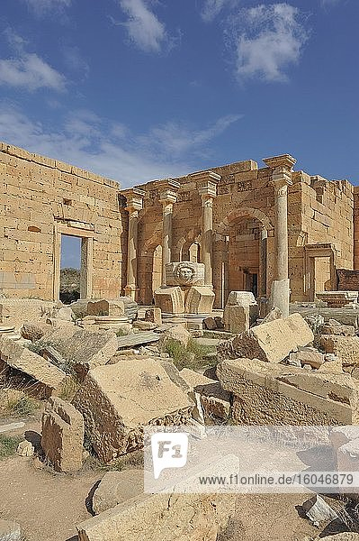 Überreste  erhaltener Medusenkopf mit Säulen  neues Forum  Ruinenstadt Leptis Magna  Libyen  Afrika