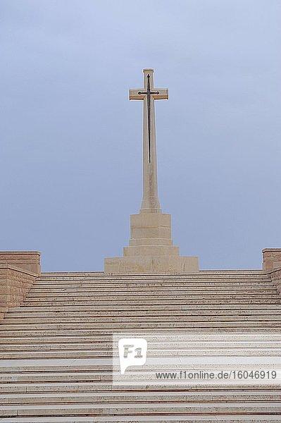 Ehrendenkmal für die gefallenen englischen Soldaten mit Kreuz  Soldatenfriedhof Tobruk  Lib