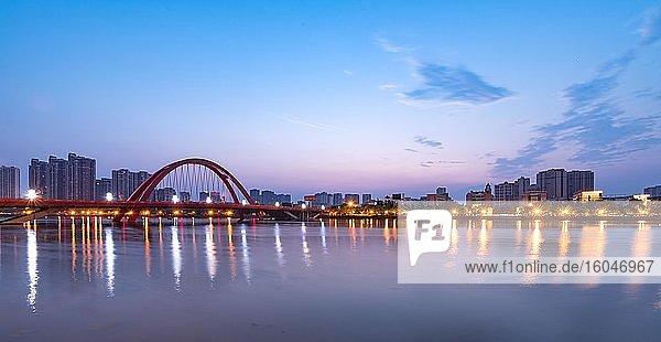 Brücke über Shiting river  Stadtansicht  Deyang  Sichuan  China  Asien