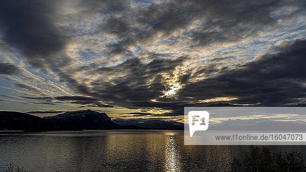 Sonnenuntergang über dem Fjord bei Oksfjordhamm  Finnmark  Norwegen  Europa