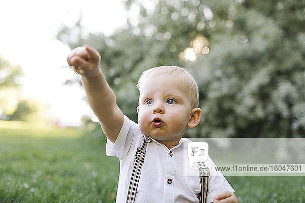 Freiluftporträt eines kleinen Jungen im Park