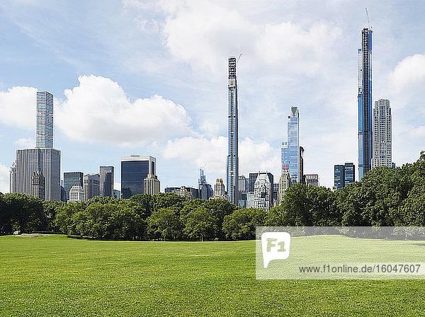 USA  New York  New York City  Central Park mit Stadtsilhouette