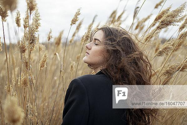 Junge Frau im hohen Gras