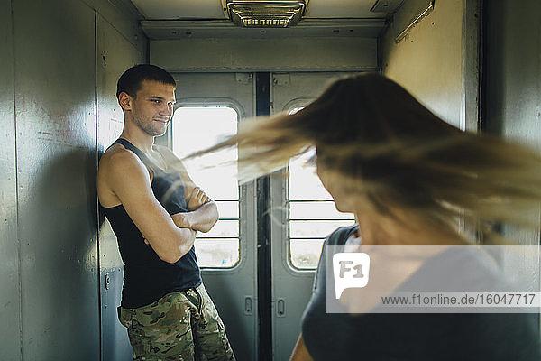 Romantisches Paar im Zug